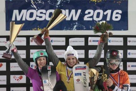 SP ve snowboardingu v Moskvě - paralelní slalom, zleva Švýcarky Ladina Jennyová, Patrizia Kummerová a Češka Ester Ledecká.