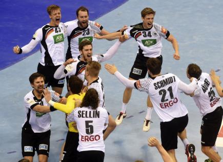 Němečtí házenkáři se radují z triumfu na ME v Krakově.