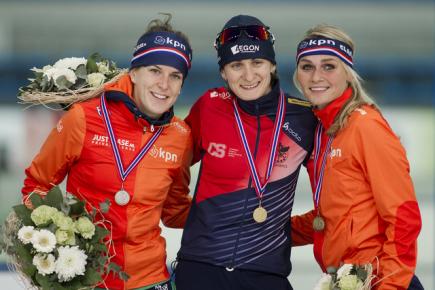Závod rychlobruslařek na 3000 metrů na SP v Stavangeru - uprostřed vítězka Martina Sáblíková, vlevo Nizozemka Ireen Wüstová, vpravo její krajanka Irene Schoutenová.