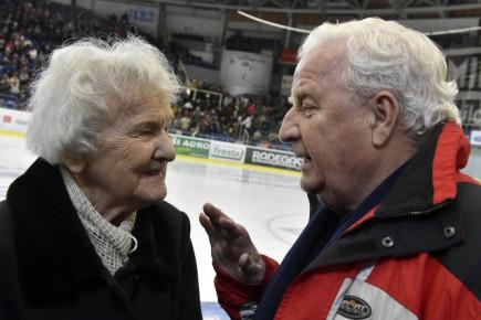 Přední evropští krasobruslaři se představili 2. února v Brně v benefiční show na počest osmdesátých narozenin dvojnásobného mistra Evropy Karola Divína (vpravo). Vlevo je sportovní gymnastka Věra Růžičková, olympijská vítězka z roku 1948.