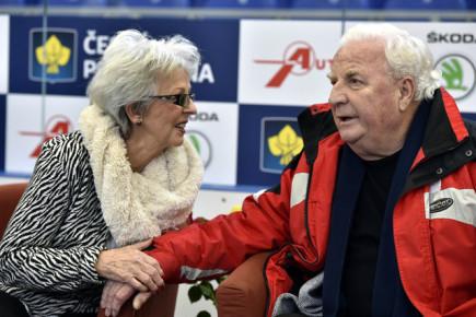 Přední evropští krasobruslaři se představili 2. února v Brně v benefiční show na počest osmdesátých narozenin dvojnásobného mistra Evropy Karola Divína (vpravo). Vlevo je jeho manželka Miroslava Divínová.