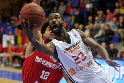 Závěrečné utkání 6. kola skupiny P nadstavby Poháru FIBA basketbalistů mezi Nymburk - Antverpy, hrané 3. února v Nymburku. Vpředu Howard Sant-Roos z Nymburka a Jean-Marc Mwema z Antverp.