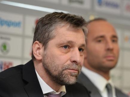 Trenér Josef Jandač (vlevo) informoval 4. února v Praze novináře o sestavě realizačního týmu české hokejové reprezentace na Světovém poháru na začátku příští sezony v Torontu. Na snímku vpravo je budoucí generální manažer reprezentace Martin Ručinský.
