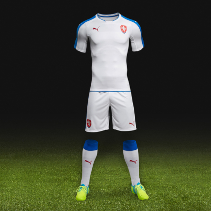 Fotbalová reprezentace má nové dresy určené na zápasy na hřištích soupeřů. Bílou sadu svěřenci Pavla Vrby poprvé oblečou v březnové přípravě se Skoty.
