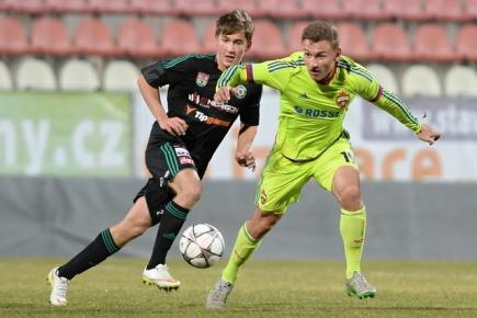 Utkání fotbalové juniorské Ligy mistrů: 1. FK Příbram - CSKA Moskva, 10. února v Příbrami. Jan Makoš (vlevo) z Příbrami a Fedor Čalov z Moskvy.