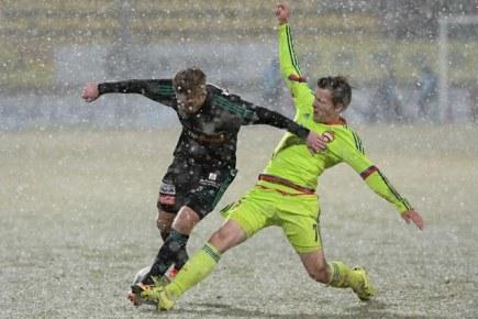 Utkání fotbalové juniorské Ligy mistrů: 1. FK Příbram - CSKA Moskva, 10. února v Příbrami. Jan Šrain (vlevo) z Příbrami a Ilja Ferapontov z Moskvy.