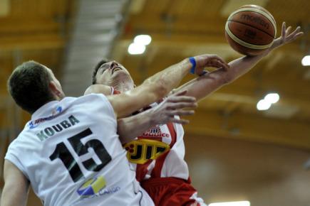 Finále Českého poháru basketbalistů BK JIP Pardubice a BK Armex Děčín, 13. února v Pardubicích. Jakub Houška z Děčína (vlevo) a Radek Nečas z Pardubic.