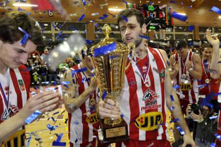 Finále Českého poháru basketbalistů BK JIP Pardubice a BK Armex Děčín, 13. února v Pardubicích. Tým Pardubic se raduje z vítězství, uprostřed s pohárem Kamil Švdrlík.