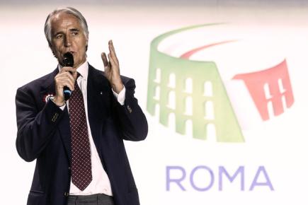 Mezinárodní olympijský výbor přijal všechny čtyři kandidatury na pořádání olympijských her v roce 2024. Na snímku logo kandidátů z Říma. Vlevo je prezident Italského olympijského svazu Giovanni Malago.