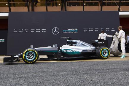 Jezdci stáje Mercedes Lewis Hamilton a Nico Rosberg představují nový hybridní vůz W07.
