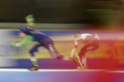 Rychlobruslařské MS ve víceboji v Berlíně, závod na 500 metrů - zprava Češka Martina Sáblíková a Antoinette de Jongová z Nizozemska.