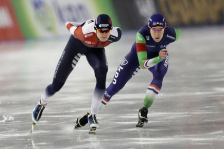 Rychlobruslařské MS ve víceboji v Berlíně, závod na 1500 metrů - zleva Martina Sáblíková z ČR a Ireen Wüstová z Nizozemska.