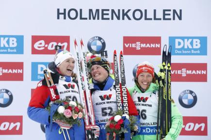 Tři nejlepší biatlonistky z vytrvalostního závodu na světovém šampiuonátu v Oslu. Uprostřed vítězná Francouzka Marie Dorinová Habertová, vlevo její stříbrná krajanka Anais Bescondová a vpravo třetí Laura Dahlmeierová z Německa.
