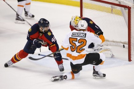 Hokejista týmu Philadelphia Flyers Nick Cousins překonává Roberta Luonga v brance týmu Florida Panthers. Vlevo český obránce Jakub Kindl.