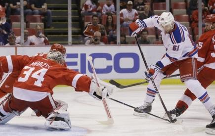 Hokejista týmu New York Rangers Rick Nash se snaží překonat českého gólmana Petra Mrázka v brance týmu Detroit Red Wings.
