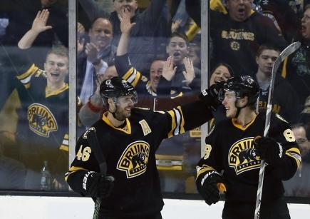 Z gólu se radují čeští útočníci týmu Boston Bruins David Pastrňák (vpravo) a David Krejčí.
