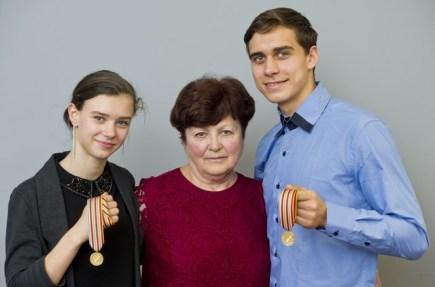 Sportovní dvojice Anna Dušková a Martin Bidař vystoupila 21. března v Praze na tiskové konferenci po návratu z mistrovství světa juniorů v krasobruslení v Debrecínu, kde získala pro české krasobruslení historicky první zlato. Na snímku uprostřed je trenérka Eva Horklová.