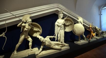 V sálech barokního zámku v Duchcově na Teplicku otevřeli 2. června novou stálou expozici Okouzlení antikou. Výstava představuje 150 odlitků známých antických soch z unikátní sbírky Univerzity Karlovy. Nejimpozantnější je podle autorů výstavy výzdoba štítu z chrámu bohyně Afaie na ostrově Aigína (na snímku), sestávající z celkem deseti postav v téměř životní velikosti. Na jedné z nich, tzv. Paridovi, je navíc provedena barevná rekonstrukce jako připomínka původního vzhledu antických památek.
