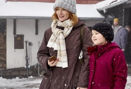 Romantická komedie Pohádky pro Emu v hlavních rolích s Aňou Geislerovou (na snímku vlevo) a Ondřejem Vetchým. V titulní dětské roli se objeví Ema Švábenská (vpravo).