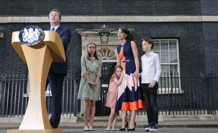 Britský premiér  David Cameron (vlevo) hovoří s novináři. Vedle něj stojí jeho rodina zleva dcery Nancy a Florence, manželka Samantha a syn Elwen.