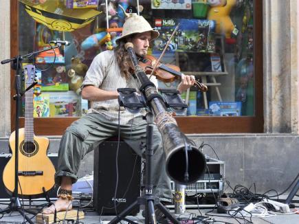 Festival pouličního umění Pilsen Busking Fest 2016 začal 28. září v Plzni a potrvá do 1. října. Na snímku je Vojta - didgeridoo, housle.