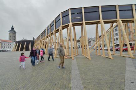 Lidé v češkých Budějovicích mohli 2. října naposledy navštívit projekt, který měl posílit vnímání veřejného prostoru. Zakrytou Samsonovu kašnu na náměstí Přemysla Otakara II. si celkem prohlédlo 32.000 lidí, většině se líbila. Autorem projektu byl architekt Jan Šépka.