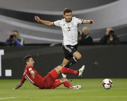 Německý fotbalista Jonas Hector a český hráč Milan Petržela v zápase o postup na MS 2018