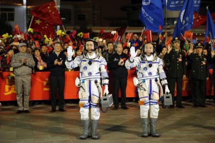 Z čínského kosmodromu v poušti Gobi na severu Číny dnes odstartovala do vesmíru čínská kosmická loď Šen-čou 11 se dvěma čínskými kosmonauty. Záběry startující rakety přenášela v přímém přenosu čínská státní televize. Raketa směřující k čínské experimentální laboratoři Tchien-kung 2 odstartovala v půl osmé místního času (v 1:30 SELČ). Do vesmíru dnes odletěli devětačtyřicetiletý Ťing Chaj-pcheng, který byl v kosmu již dvakrát, a sedmatřicetiletý Čchen Tung. Jejich 30denní cesta se má stát zatím nejdelším pobytem čínských kosmonautů ve vesmíru.