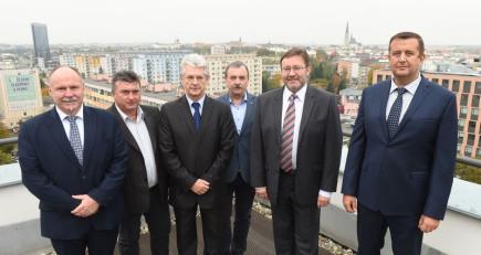 Představitelé ANO, ČSSD a ODS podepsali 17. října v Olomouci koaliční smlouvy nově vzniklé krajské vlády. Na snímku zleva jsou Ladislav Okleštěk (ANO), Ladislav Hynek (ČSSD), Oto Košta (ANO), Dalibor Horák (ODS), Jiří Zemánek (ČSSD) a Petr Vrána (ANO).