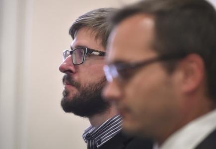 U Okresního soudu v Jihlavě začalo 17. října hlavní líčení s předsedou Národní demokracie Adamem B. Bartošem (vpravo) a jeho spolustraníkem Ladislavem Zemánkem (vlevo) kvůli protižidovsky laděnému textu, který dali k hrobu Anežky Hrůzové v Polné. Soud je už letos v březnu formou trestního příkazu nepravomocně odsoudil k odnětí svobody na 12 měsíců s podmíněným odkladem na zkušební dobu dvou roků. Obvinění proti trestnímu příkazu podali odpor.