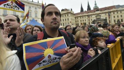 Přivítání tibetského duchovního vůdce dalajlamy na Hradčanském náměstí v Praze, kam přijel 17. října na konferenci Forum 2000.