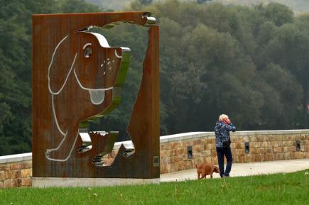 Dvě nové sochy ozdobily nábřeží Maxipsa Fíka v Kadani. Na snímku ze 17. října je ocelová plastika slavného pohádkového psa od Michala Fialy.