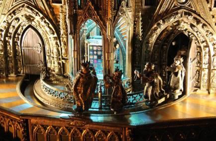 Na Karla IV., kterému je věnována česko-bavorská zemská výstava, je v Norimberku možné narazit nejen v Germánském národním muzeu, ale i na ulicích v centru města. Císaře Svaté říše římské a českého krále i jeho dobu zde připomíná několik atrakcí. Přímo v budově radnice je totiž zmenšenina části norimberského kostela Panny Marie. Zatímco na průčelí toho skutečného vždy v poledne kolem sochy císaře pochoduje sedm figurín kurfiřtů, na modelu chodí kurfiřtové okolo iPhonu. Sami mají iPhony, kterými fotí, a navíc se mezi muže tentokrát vmísila i jedna žena.