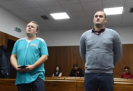 Před senátem Vrchního soudu v Olomouci stanul 19. října překupník s otráveným alkoholem Marek Ženíšek (vlevo), ostravský krajský soud mu uložil pět let vězení. Druhého obžalovaného Petra Hlavu (vpravo) senát viny zprostil. Muži byli prvními, kdo v souvislosti s metanolovou kauzou stanuli ve veřejném procesu před soudem. Rozsudek v jejich kauze však vrchní soud již dvakrát zrušil.