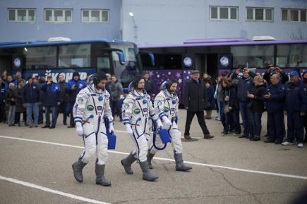 Kosmonauti Shane Kimbrough z USA, vlevo, a Rusové Sergej Ryžikov, uprostřed, a Andrej Borisenko kráčí k lodi Sojuz MS-02 před odletem na Mezinárodní vesmírnou stanici (ISS).