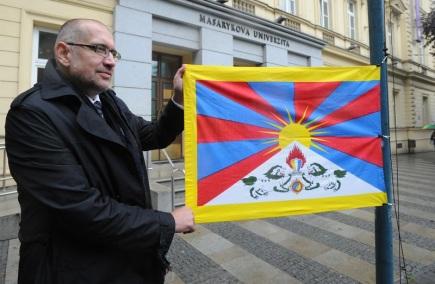 Rektor Masarykovy univerzity v Brně Mikuláš Bek 19. října v poledne vyvěsil tibetskou vlajku před budovou rektorátu.