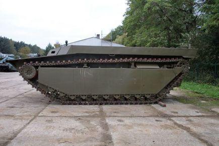 """Americký obojživelný pásový transportér LVT 4, který spojenci používali při vyloďování během 2. světové války. Vozidlu se přezdívá """"Vodní buvol"""" (na snímku z 17. října 2016)."""