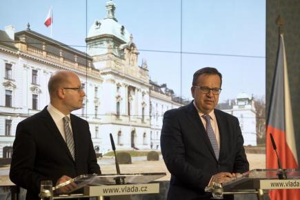 Zleva premiér Bohuslav Sobotka a ministr průmyslu a obchodu Jan Mládek.