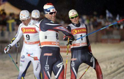 Norský běžec na lyžích Paal Golberg v cíli závodu ve finském zimním středisku Ruka.