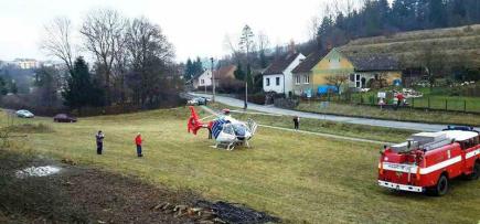 Tři lidé se 26. listopadu zranili v Moravském krasu na Blanensku při výpravě do jeskyně Lopač, která není přístupná veřejnosti. Jeden z mužů uklouzl a spadl ze značné výšky z žebříku a strhl s sebou další členy výpravy. Zranění jsou v nemocnici, pro jednoho z nich letěl vrtulník. Hasiči zrovna měli nedaleko speleologické cvičení, takže na místě byli rychle a zraněné vytáhli.