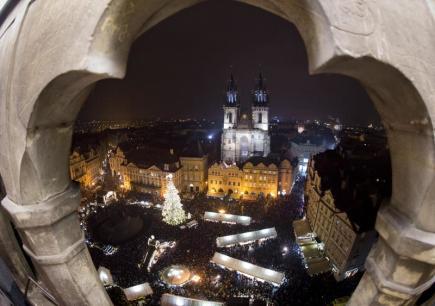 Na Staroměstském náměstí v Praze se 26. listopadu rozsvítil vánoční strom a začaly vánoční trhy.