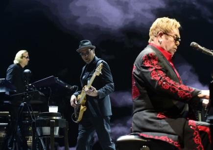 Britský zpěvák Elton John (vpravo) vystoupil 26. listopadu v Praze.