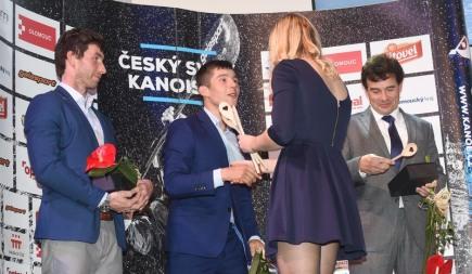 Bronzový olympijský medailista z Ria Jiří Prskavec (uprostřed) vyhrál 16. ročník ankety Kanoista roku na divoké vodě a obhájil tak loňské vítězství. Vlevo je Vítězslav Gebas, který v kategorii slalom skončil třetí a vpravo trenér Jiří Rohan, který ve stejné kategorii zastupoval nepřítomného Vavřince Hradilka, jenž se umístil na druhém místě. Slavnostní vyhlášení se konalo 26. listopadu v Olomouci.