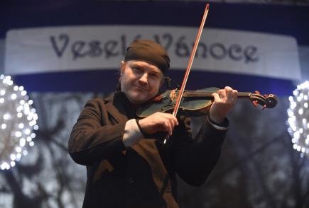Houslista Pavel Šporcl vystoupil 27. listopadu při slavnostním rozsvěcení vánočního stromu na zlínském náměstí Míru.
