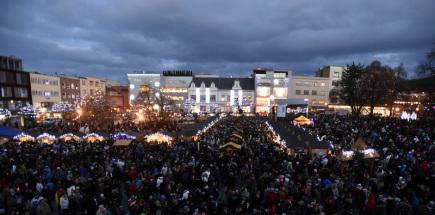 Na náměstí Míru ve Zlíně byl 27. listopadu slavnostně rozsvícen vánoční strom a zahájen vánoční jarmark.