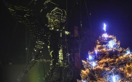 Adventní čas v Třešti na Jihlavsku zahájila sedmimetrová loutka, která 27. listopadu vpodvečer prošla středem města. Z původní podoby rytíře se během putování proměnila v anděla, který se podílel na rozsvícení vánoční výzdoby na náměstí. Originální železnou loutku vážící téměř dvě tuny vytvořili třešťští kováři pod vedením Petra Píši před dvěma lety. Veřejnosti v Třešti se představila poprvé.