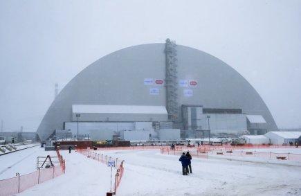 Nová kovová kopule dnes v odstavené jaderné elektrárně v ukrajinském Černobylu zakryla havarovaný čtvrtý reaktor. Mimořádné dílo stálo 1,5 miliardy eur (přes 40 miliard korun) a má mít životnost sto let - po tuto dobu bude bránit úniku radioaktivity.
