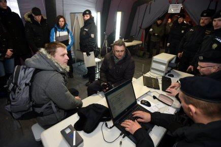 Policisté na bývalém hraničním přechodu s Německem v Petrovicích na Ústecku zřídili cvičně 30. listopadu registrační místo pro běžence. Cvičení bylo součástí dvoudenní policejní akce zaměřené na migranty a účastnila se ho padesátka figurantů a třicet policistů. Akce má ověřit funkčnost systému, který by sloužil v případě příchodu velkého počtu běženců k hranicím. Na snímku jsou běženci evidováni.