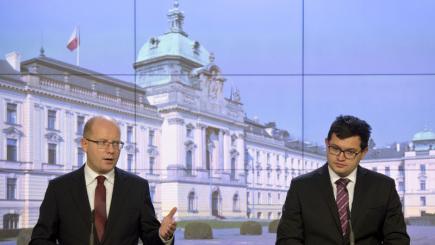 Premiér Bohuslav Sobotka (vlevo) a ministr pro lidská práva a legislativu Jan Chvojka.