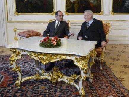 Prezident Miloš Zeman (vpravo) a jeho francouzský protějšek François Hollande se sešli 30. listopadu v Praze.
